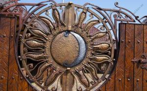 Кованые ворота с деревом №19