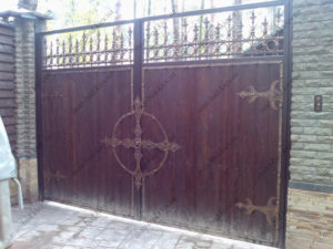 Кованые ворота с деревом №9