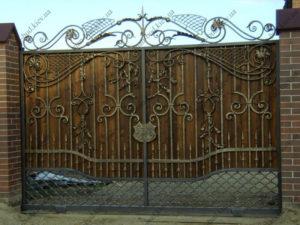 Кованые ворота с деревом №15
