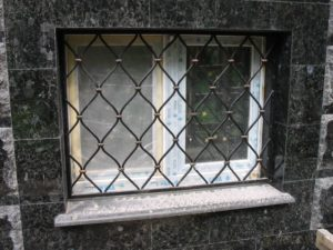 Кованые решетки на окна фото №57