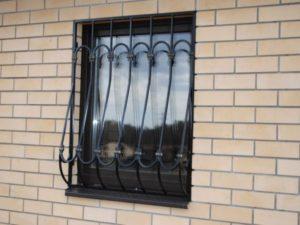 Кованые решетки на окна фото №58