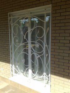 Кованые решетки на окна фото №48