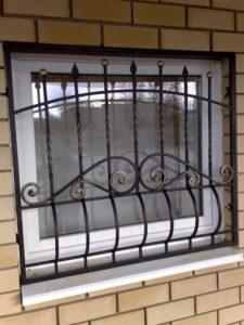 Кованые решетки на окна фото №28