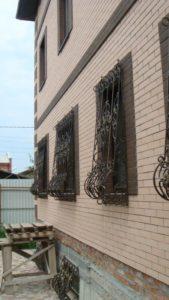 Кованые решетки на окна фото №22