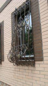 Кованые решетки на окна фото №23