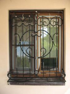 Кованые решетки на окна фото №31