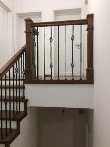 Деревянная лестница с коваными балясинами, фото №1