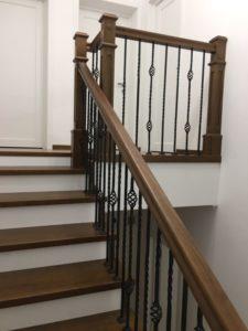 Деревянная лестница с коваными балясинами, фото №2