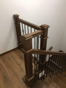 Деревянная лестница с коваными балясинами, фото №3