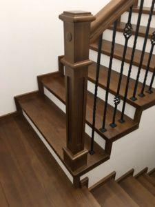 Деревянная лестница с коваными балясинами, фото №4