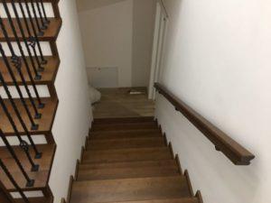 Деревянная лестница с коваными балясинами, фото №5