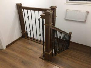 Деревянная лестница с коваными балясинами, фото №6