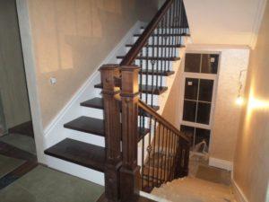 Деревянная лестница с коваными балясинами, фото №9