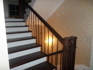 Деревянная лестница с коваными балясинами, фото №10