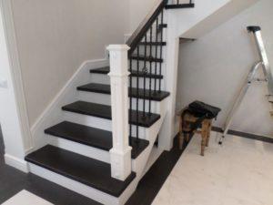 Деревянная лестница с коваными балясинами, фото №7