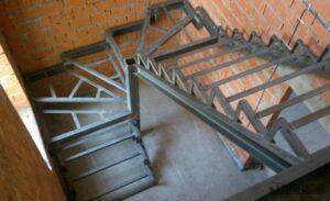 Сварной металлический каркас для закрытых лестниц