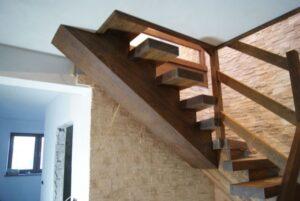 Деревянная лестница на одном, фото №10