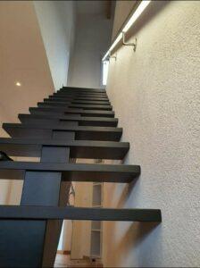Деревянная лестница на одном, фото №4