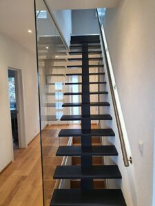 Деревянная лестница на одном, фото №3