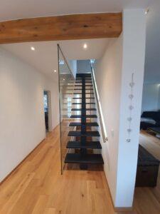 Деревянная лестница на одном, фото №6