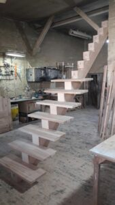 Деревянная лестница на одном, фото №7