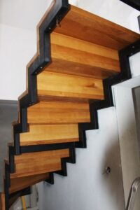 Металлическая лестница на косоурах, фото №9